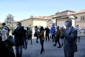 """Coronavirus, davanti a 50 ospedali flash mob della Protezione civile per dire grazie e ribadire """"Noi ci siamo"""""""